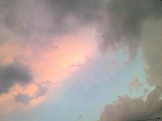 青空と夕焼けとにわか雨の雲